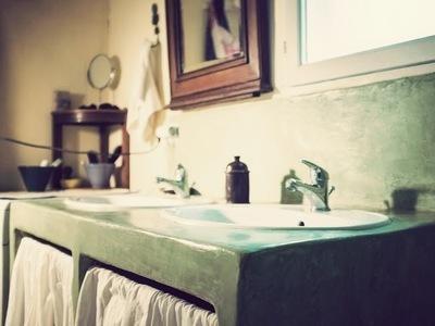 béton ciré sur jambage et plan de salle de bain