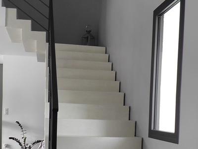 Escalier en béton ciré blanc