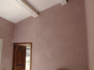 Enduit terre et argile et peinture poutres et plafond sur support neuf (placo-plâtre)
